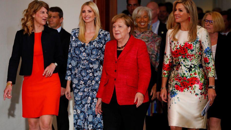 Ivanka Trump (2.v.l.) unter anderem mit Merkel (3.v.l.), Christine Lagarde (4.v.l.) und der niederländischen Königin Maxima (r.)