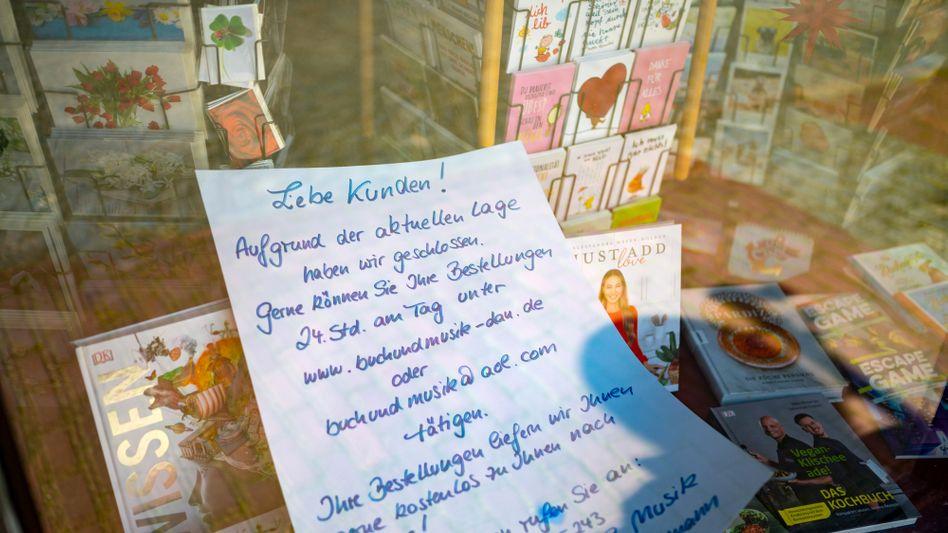 Brief im Schaufenster einer Buchhandlung in Hitzacker (Niedersachsen)