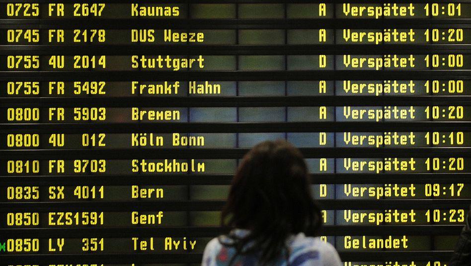 Anzeigetafel am Flughafen Berlin-Schönefeld (Archivbild)