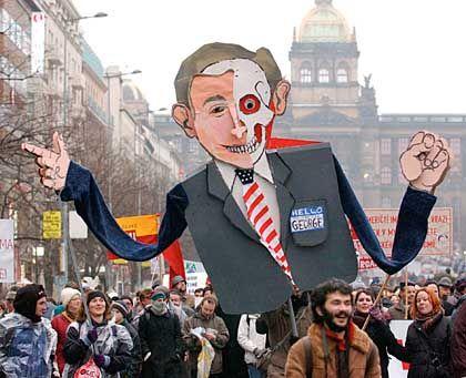 Proteste in Prag: George W. Bush als lächelnder Totenkopf