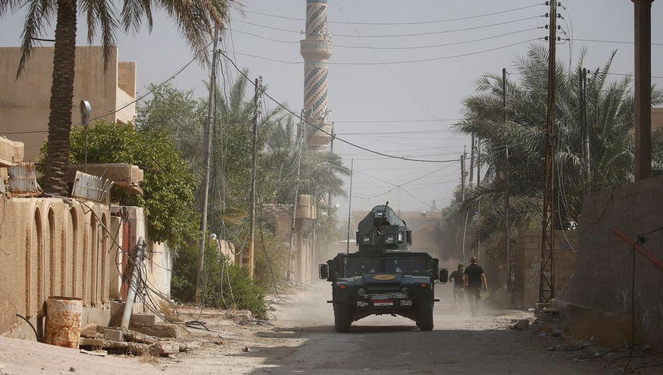 Irakische Sicherheitskräfte patrouillieren in Falludscha