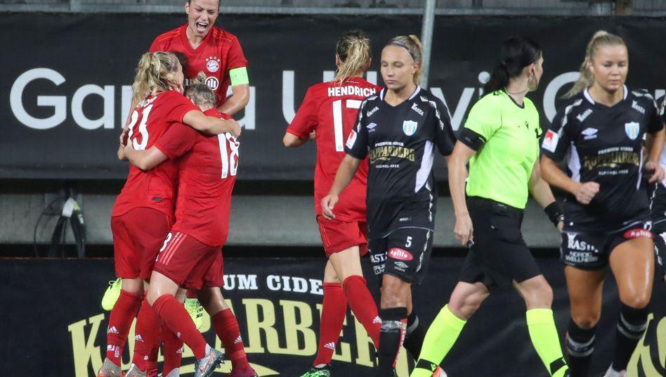 Die Spielerinnen des FC Bayern feiern den ersten von zwei Treffern von Mandy Islacker gegen Göteborg