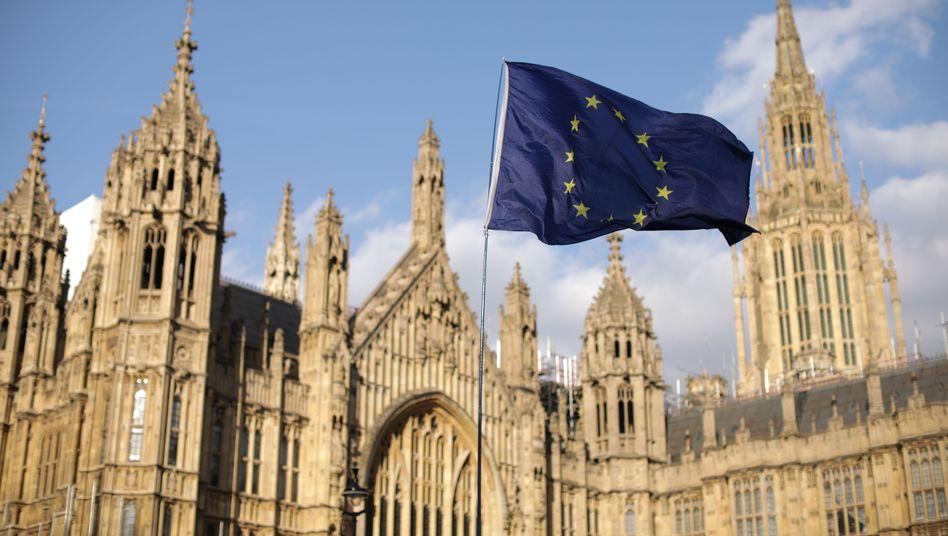 Eine EU-Flagge weht vor dem britischen Parlament