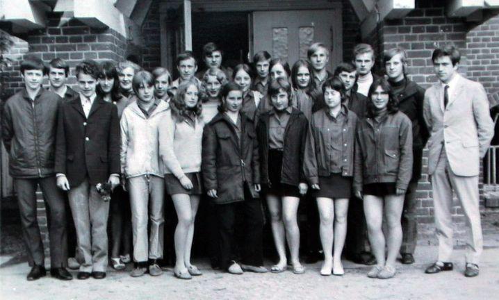 Angela Kasner (2. Reihe, Mitte, leicht verdeckt) mit ihren Schulfreunden aus der 10. Klasse der Polytechnischen Oberschule