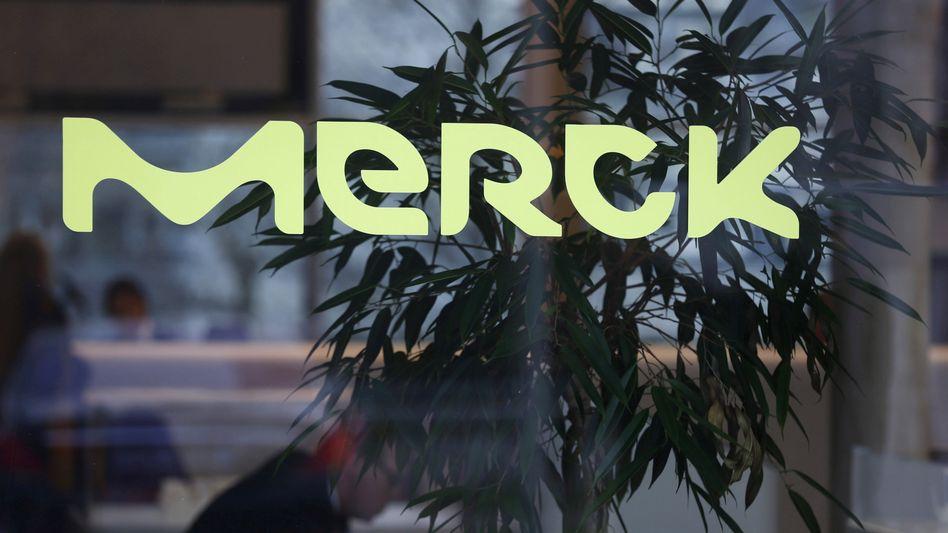 Logo von Merck an der Zentrale in Darmstadt (Archivbild)