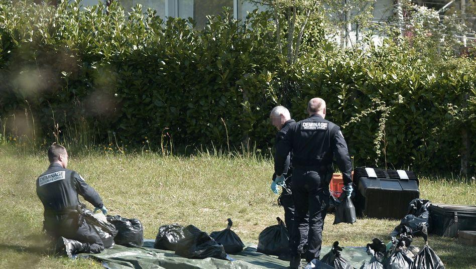 Französische Polizisten heben Waffenlager aus