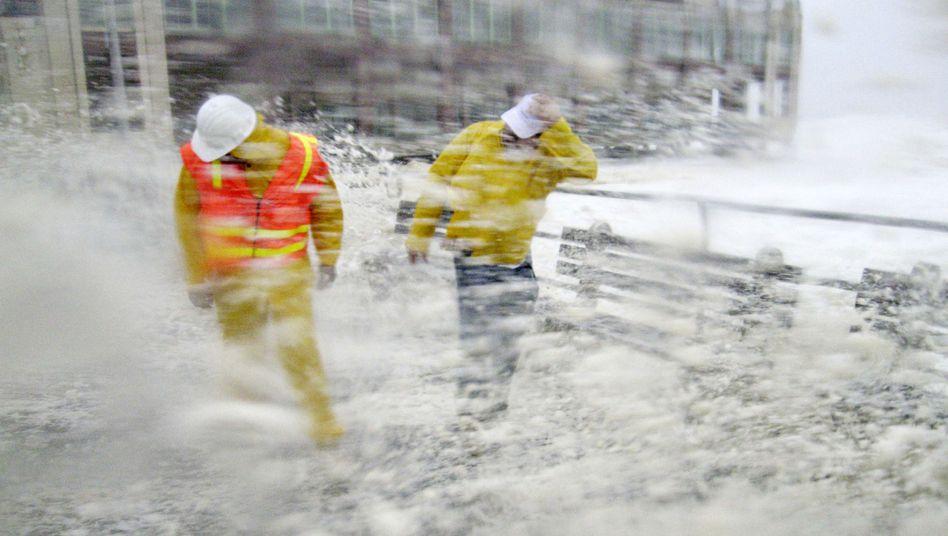 Hurrikan Irene über New Jersey: Zwei Mitarbeiter der Stadtverwaltung werden während ihrer Sicherheitsinspektion von Sturm und Wellen überrascht.