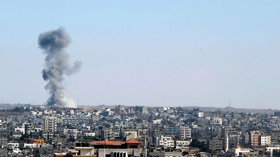 Einschlag einer israelischen Rakete im Gazastreifen