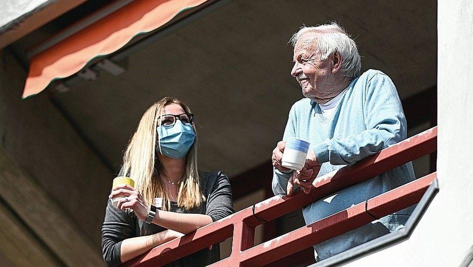 Pflegekraft, Heimbewohner:Von Balkonen aus beklatscht