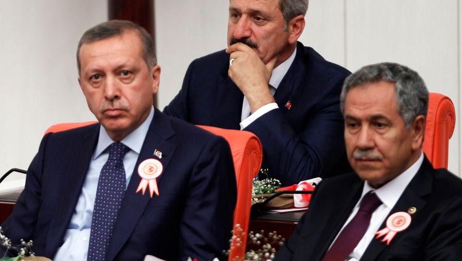 Bülent Arinc (rechts) neben Erdoğan (Juni 2011): »Individuelle Äußerungen« einzelner Personen