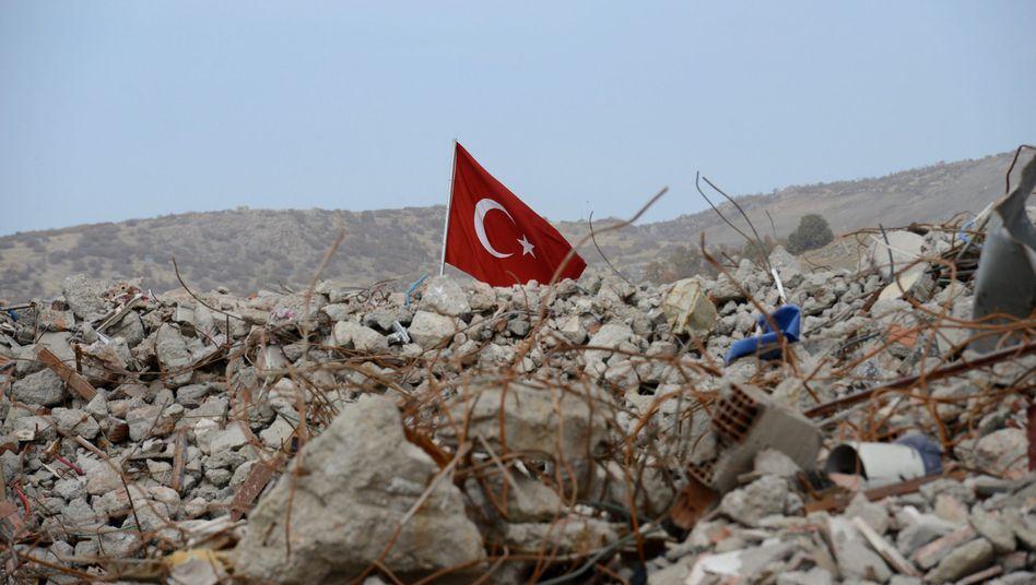 Türkische Flagge im umkämpften Südosten des Landes