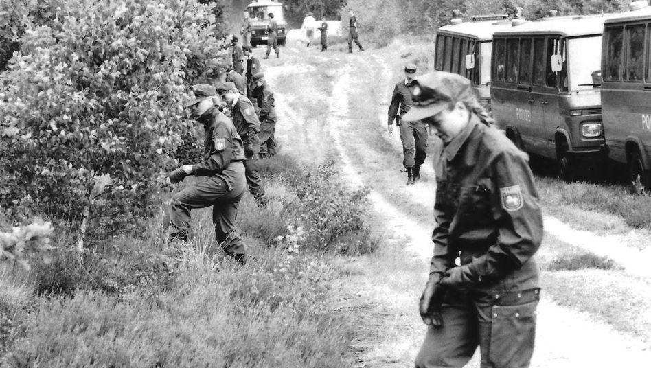 Ermittlungsarbeiten der Polizei in der Göhrde (Archiv: 30.07.1989)