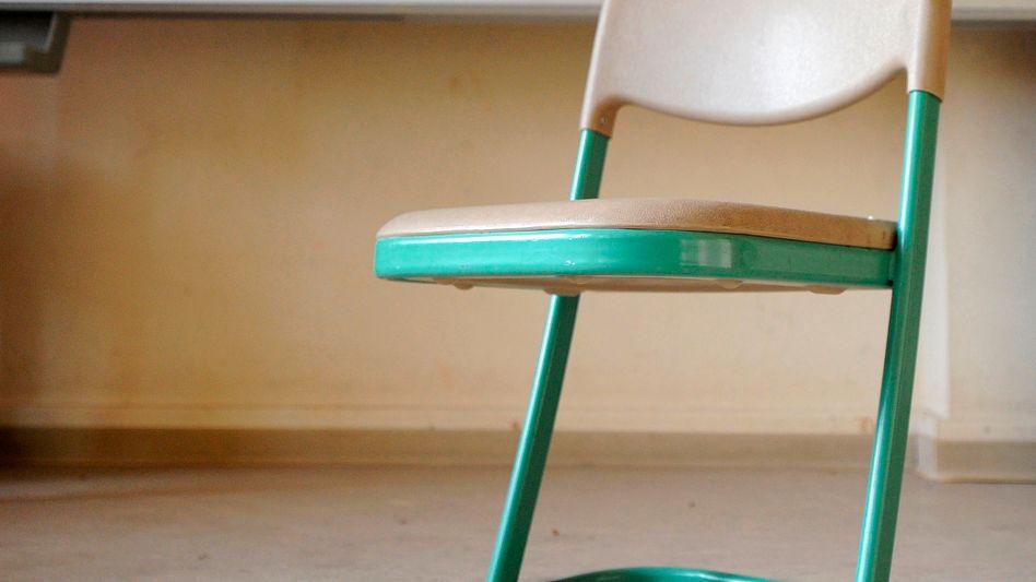 Stühle mit Butter beschmieren, wegziehen, durch die Gegend werfen: Pubertierende machen mitunter wilde Sachen mit dem Sitzmobiliar im Klassenzimmer