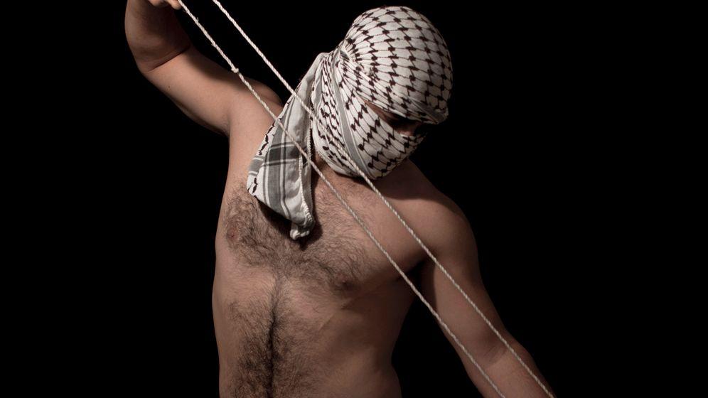 Palästinenser im Porträt: Schleuder in der Hand, Tüte über dem Kopf