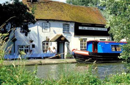 Zeit für eine Pause: Manche Pubs in England haben Anlegestellen und Biergärten direkt am Kanal