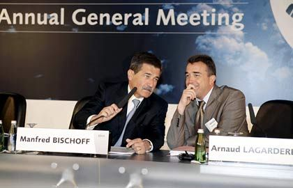 The supervisors: designated DaimlerChrysler supervisory board head Manfred Bischoff (l) and Arnaud Lagardere during the EADS annual shareholders' meeting on May 11 in Amsterdam.
