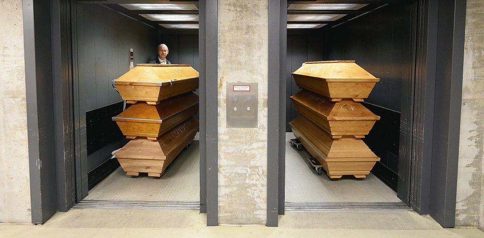 Mitarbeiter Turra mit Särgen im Krematorium Tolkewitz