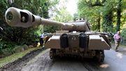 Weltkriegspanzer und Flakgeschütz aus Villa gewuchtet