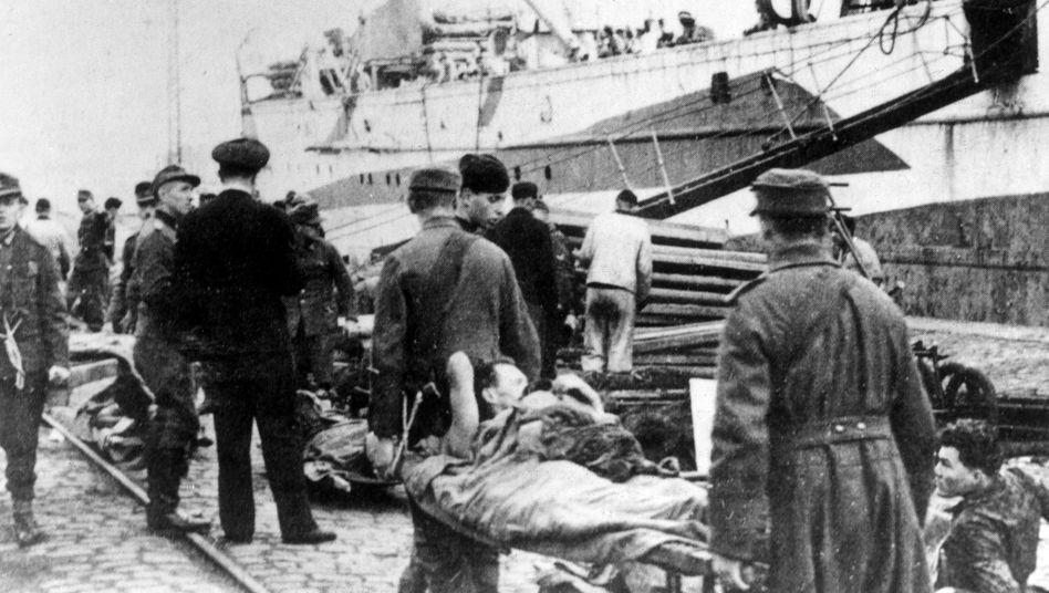 Verwundete deutsche Soldaten werden im Hafen von Königsberg auf ein Transportschiff geladen, circa März 1945
