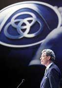 ThyssenKrupp- Aufsichtsratschef Cromme, hier auf der Hauptversammlung 2000: Im Herbst hat Bundeskanzler Schröder Cromme beauftragt, mit einer Kommission Vorschläge für einen neuen Verhaltenskodex für Aktiengesellschaften zu erarbeiten. Die Verhaltensregeln sollen den Standort Deutschland für Investoren transparenter und attraktiver machen