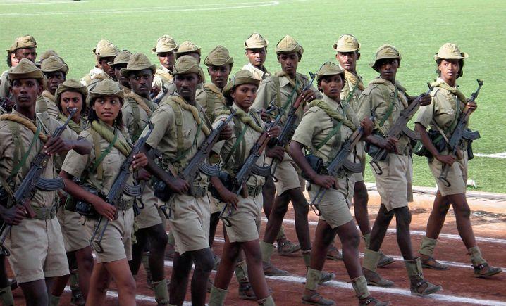 Junge Wehrpflichtige bei der Unabhängigkeitsparade im Jahr 2007