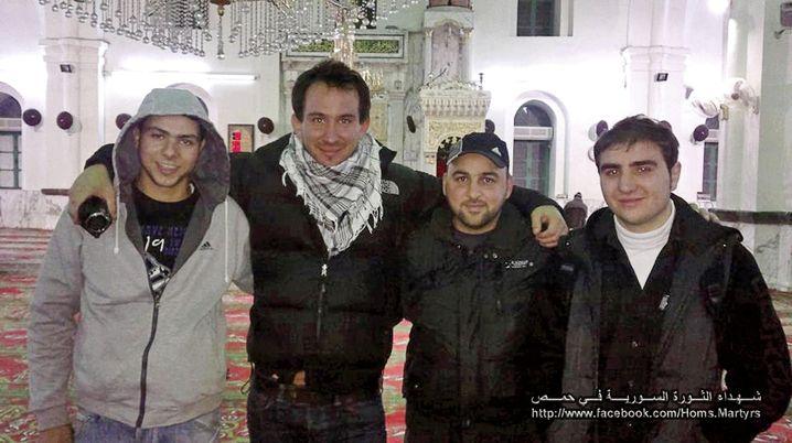 Mettelsiefen (2.v.l.) mit Abu Mohammad, Abu Yasser und Maher Tayara ( v. l.) in der Khalid-Ibn-Walid-Moschee in Homs.