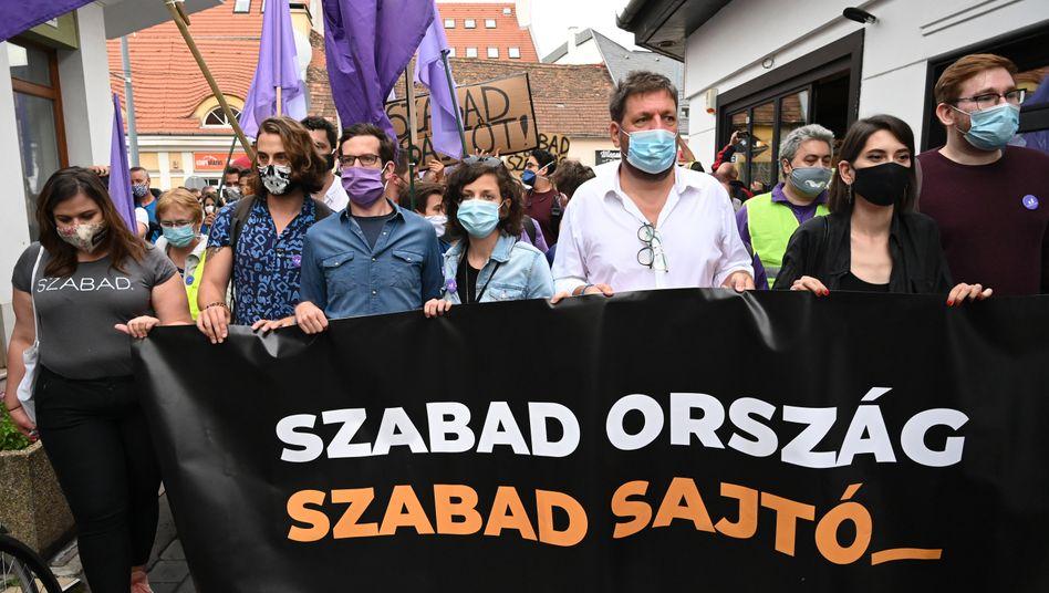 """Freies Land, freie Presse"": Demonstranten in Ungarn"