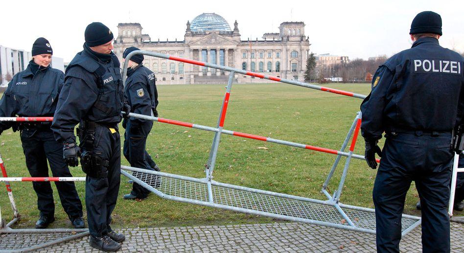 Polizeibeamte vor dem Bundestag in Berlin: Kontrollen hochgefahren