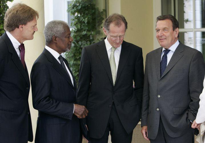 Mit Bert Rürup (2. v. re.), Kofi Annan und Schröder 2008 in Hannover