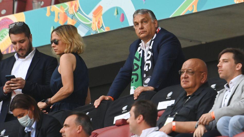 Viktor Orbán trägt während des EM-Spiels der ungarischen Nationalmannschaft gegen Frankreich einen Fanschal