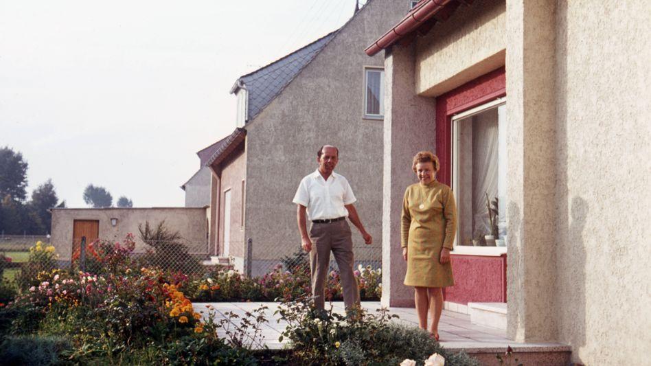 Ein Ehepaar vor seinem Eigenheim im Jahr 1962: Vermeintliche Normalität