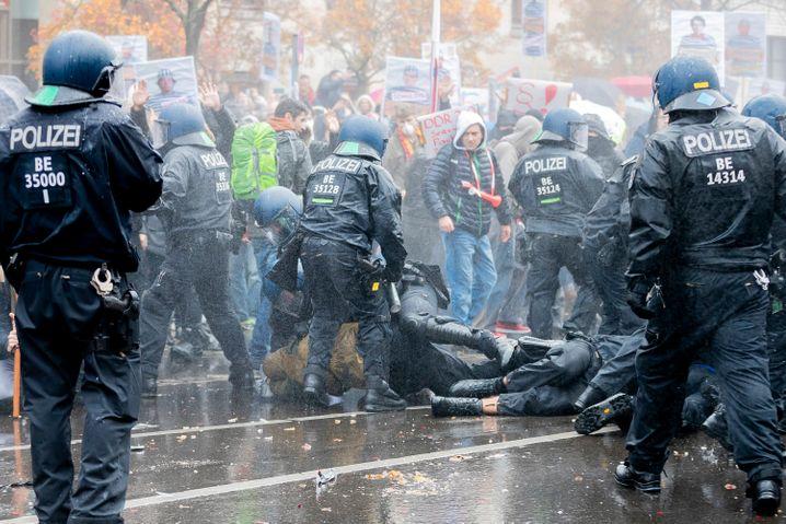Polizisten und Demonstranten bei einer Auseinandersetzung in der Nähe des Reichstagsgebäudes