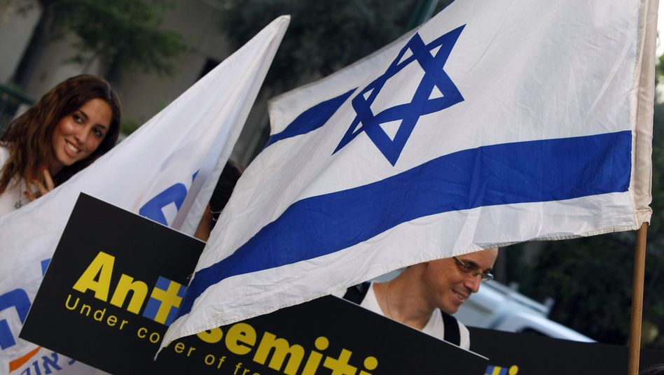 """Protesters in front of the Swedish Embassy in Tel Aviv: """"Antisemitic atrocity tales"""""""
