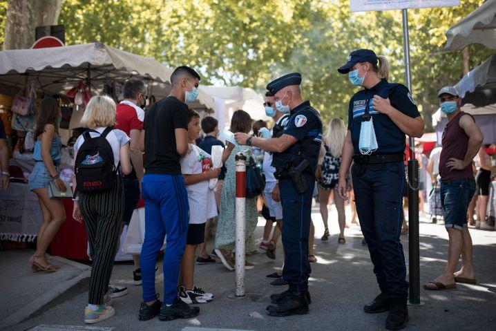 Diese Polizisten in Saint-Tropez versorgen Personen auf der Straße mit Masken