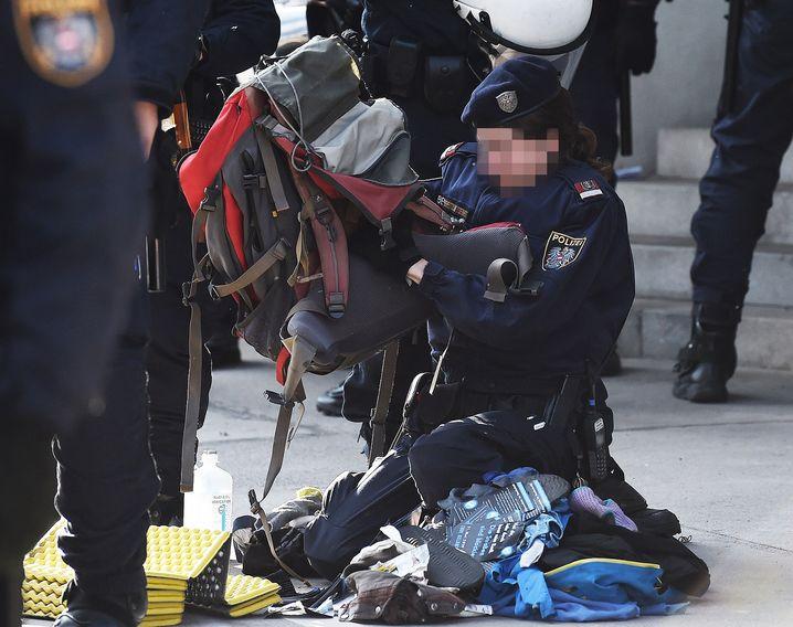 Klima-Demo: Eine Polizistin durchsucht einen Rucksack
