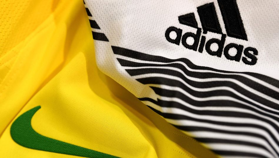 Nike- und Adidas-Trikots