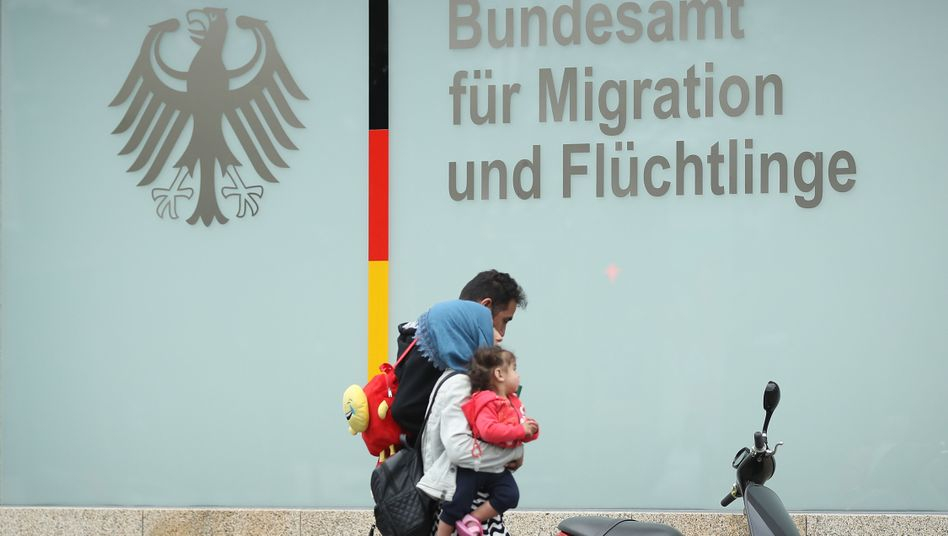 Familie vor dem Bamf-Gebäude in Berlin