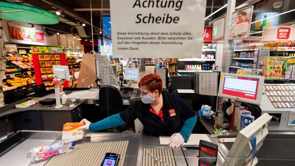Kassiererin in einem Supermarkt in Sachsen