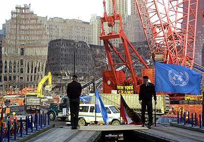 Vorbereitung für einen Besuch des amerikanischen Präsidenten im Ruinenfeld des World Trade Center zwei Monate nach den Terroranschlägen. Flaggenträger proben die Zeremonie zur Begrüßung von George W. Bush am 11. November.