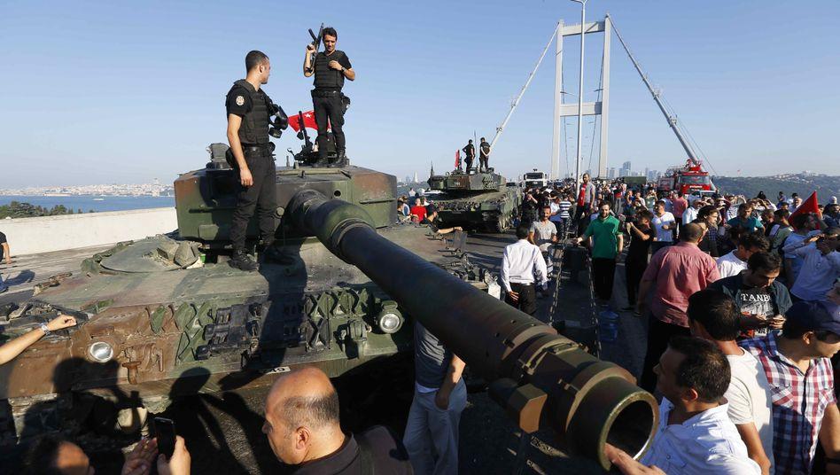 Panzer auf der inzwischen offiziell als »Brücke der Märtyrer des 15. Juli« bezeichneten Bosporusbrücke am Tag nach dem Putschversuch