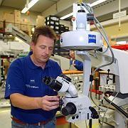 Mitarbeiter bei Carl Zeiss in Oberkochen: 23 Prozent der Unternehmen wollen zusätzliche Stellen schaffen
