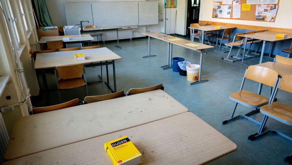 Wegen der Coronapandemie bleiben viele Klassenzimmer in Deutschland leer (Symbolbild).