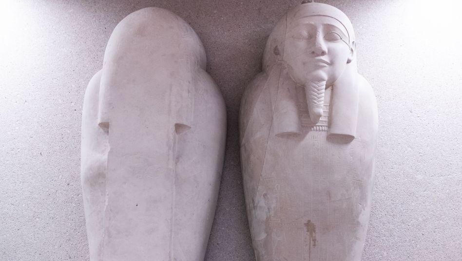 Beschädigter Sarkophag im Neuen Museum in Berlin
