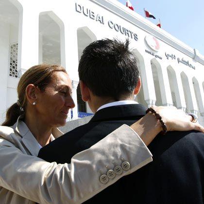Vor dem Gerichtsgebäude in Dubai: Véronique Robert umarmt ihren Sohn Alexandre