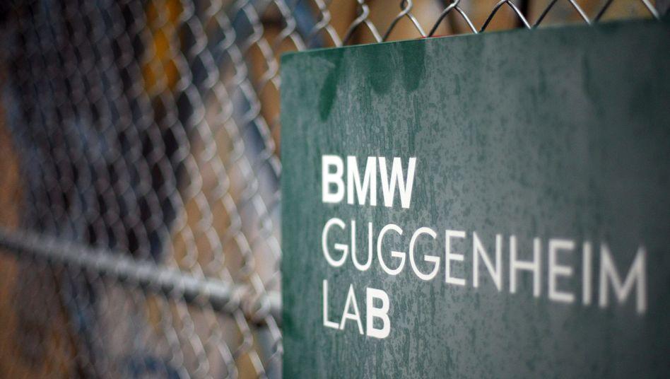 """Das """"BMW-Guggenheim Lab"""" in New York: Proteste auch an der Houston Street."""