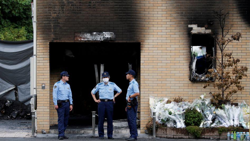 Polizisten kurz nach dem Anschlag am 20. Juli 2019 vor dem Gebäude der Kyoto Animation
