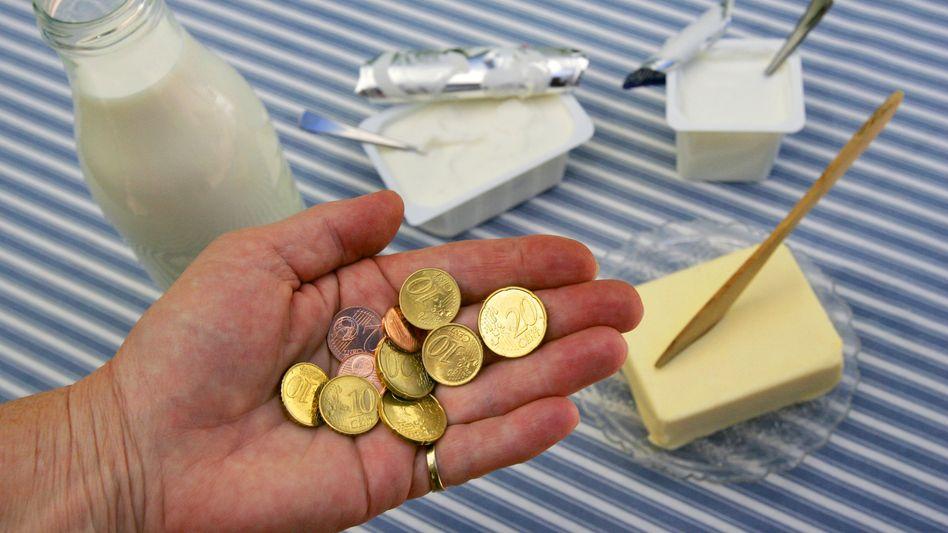 Milch, Butter und eine Hand voll Kleingeld: Die Discounter heben die Preise
