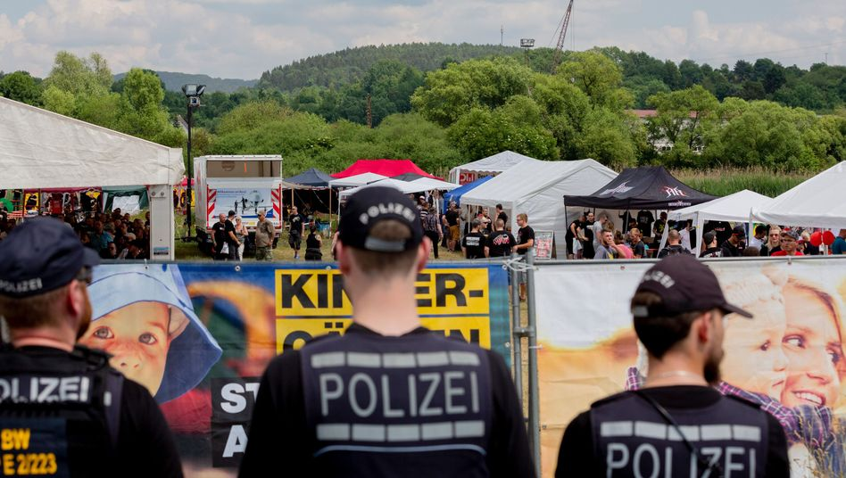 Polizeibeamte beim Rechtsrock-Festival in Themar (Archivbild)