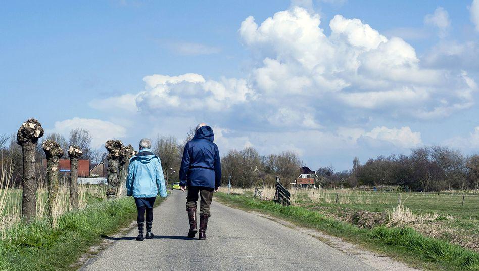 Rentner beim Spaziergang (Symbolbild)