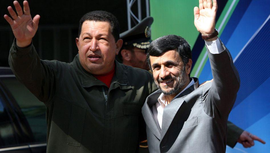 """Hugo Chávez mit Mahmud Ahmadinedschad (2009): """"Geist einer großen Persönlichkeit"""""""